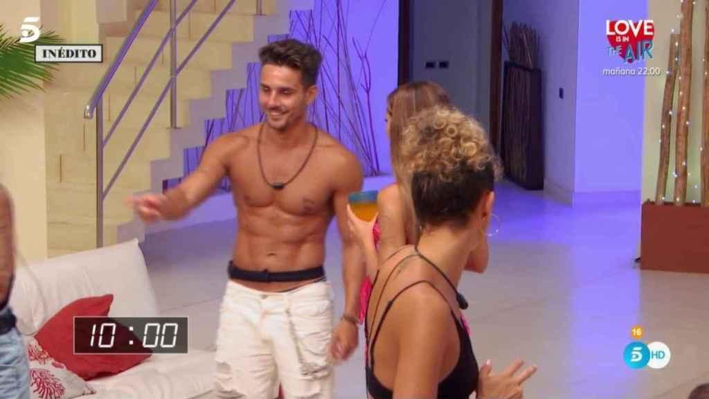 Manuel luciendo músculo ante Stefany y Fiama.