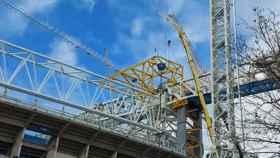 La estructura amarilla sobre la cercha longitudinal antigua en las obras del Estadio Santiago Bernabéu