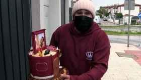 Kiko Rivera posa con la tarta que le han regalado por su 37 cumpleaños.