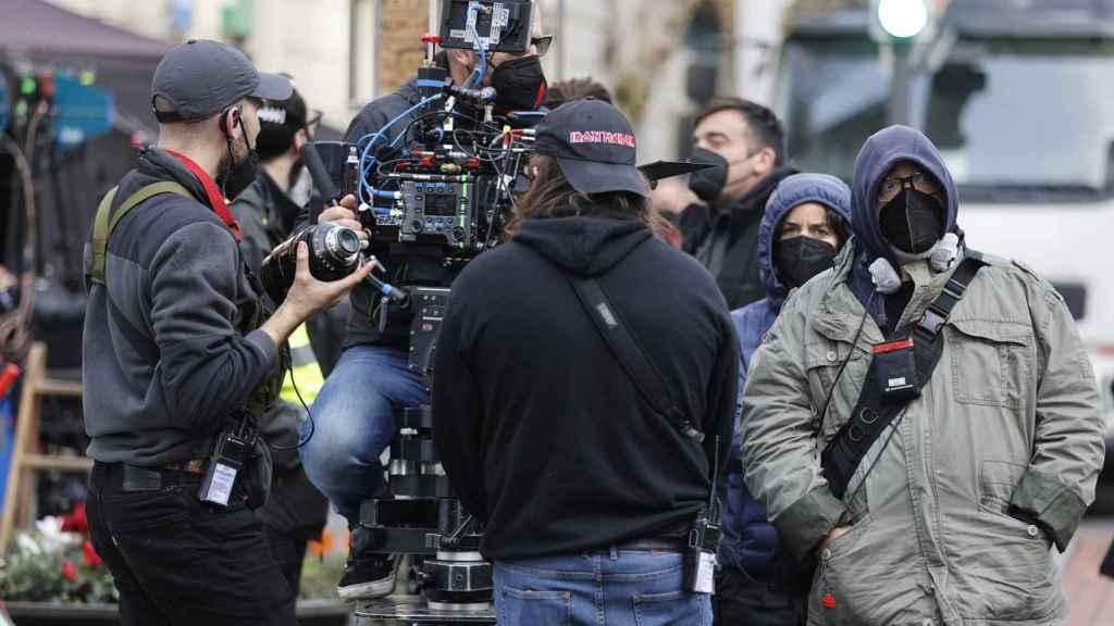 El cineasta bilbaíno Alex de la Iglesia (d) dirige el rodaje del largometraje 'El cuarto pasajero'.