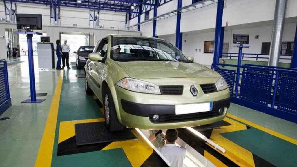 Un coche, durante una inspección técnica.