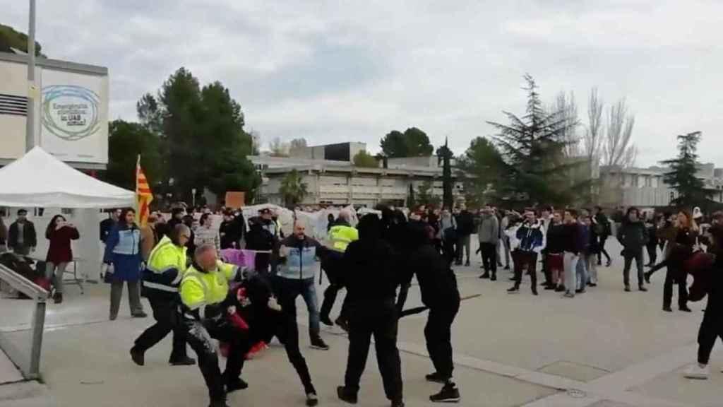 Ataque de independentistas radicales a una carpa de S'ha Acabat! en la UAB.