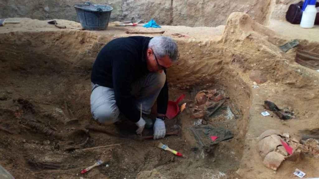 El presidente de Amede, Javier Pérez, trabajando en una de las fosas halladas en el patio del cementerio de San Fernando.