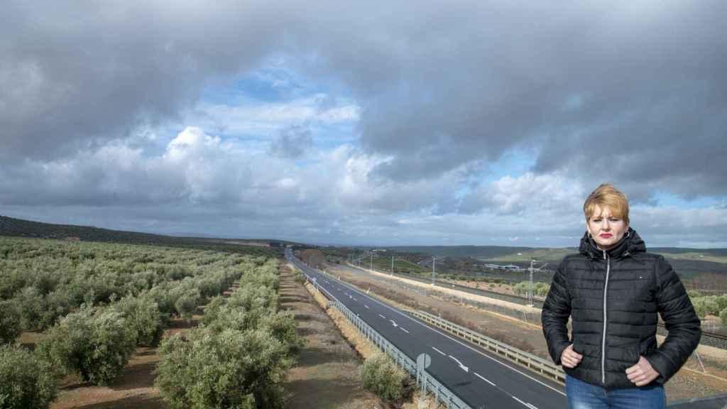 La segunda teniente de Alcaldía de Jaén, María Cantos, delante de los terrenos en los que pensaban ubicar la base logística, este lunes.