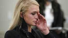 Paris Hilton secándose las lágrimas mientras habla de los abusos que sufrió.
