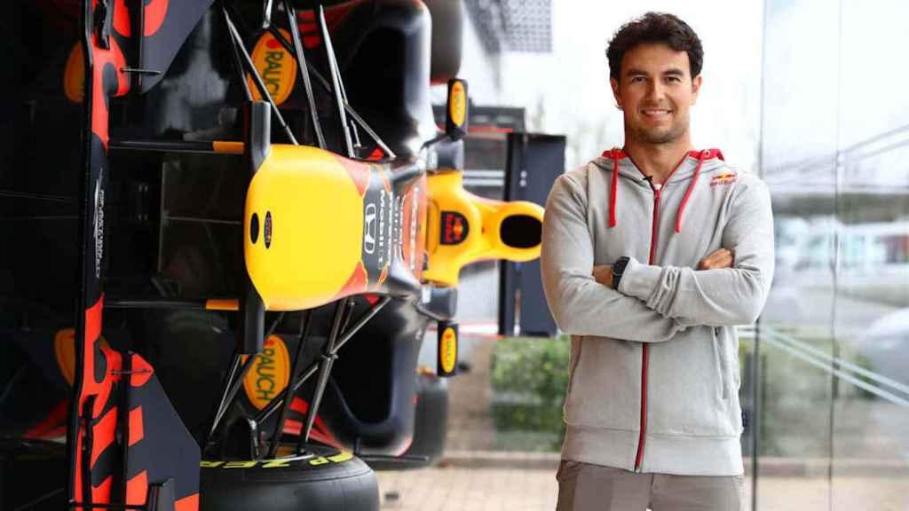 Sergio Pérez, en la fábrica de Red Bull Racing. Foto: redbull.com