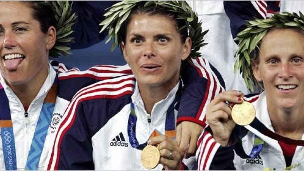 Julie Foudy, Mia Hamm y Lilly después de que Estados Unidos ganase el oro en los JJOO de Atenas
