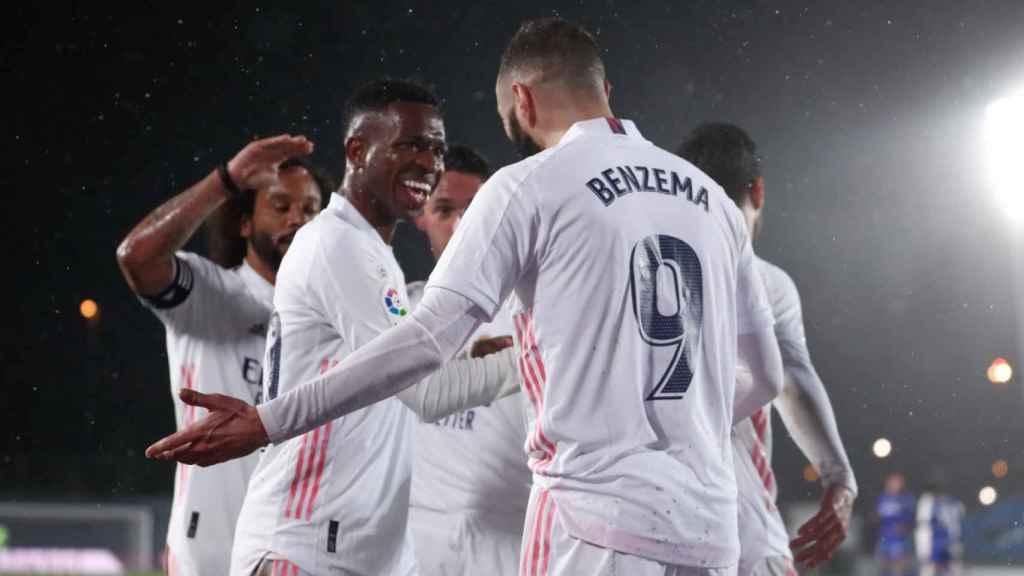 Vinicius celebra con Benzema su gol tras asistir al '9'