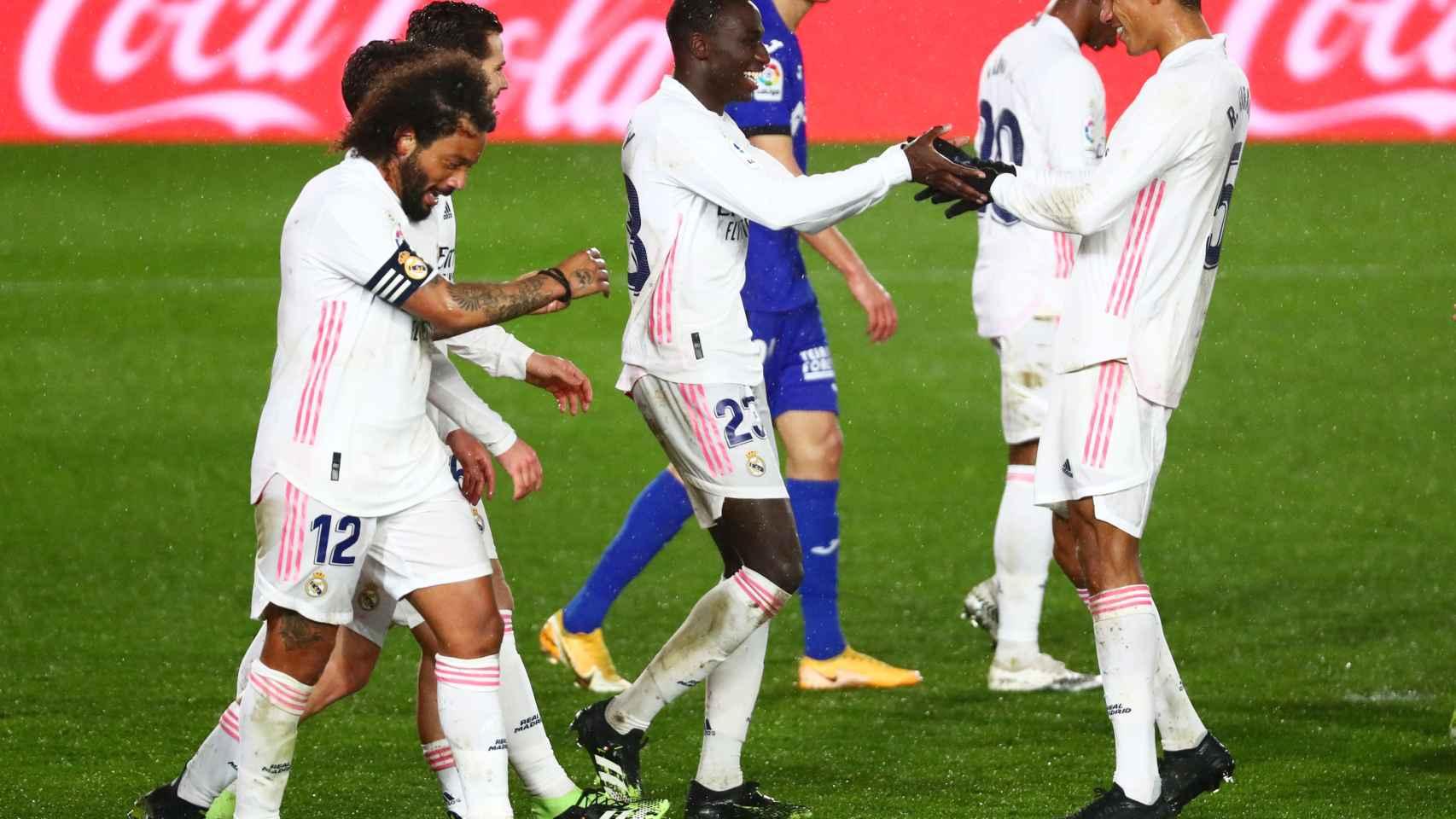 Ferland Mendy celebra con Varane su gol