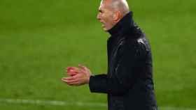 Zinedine Zidane, desde la banda observando el partido