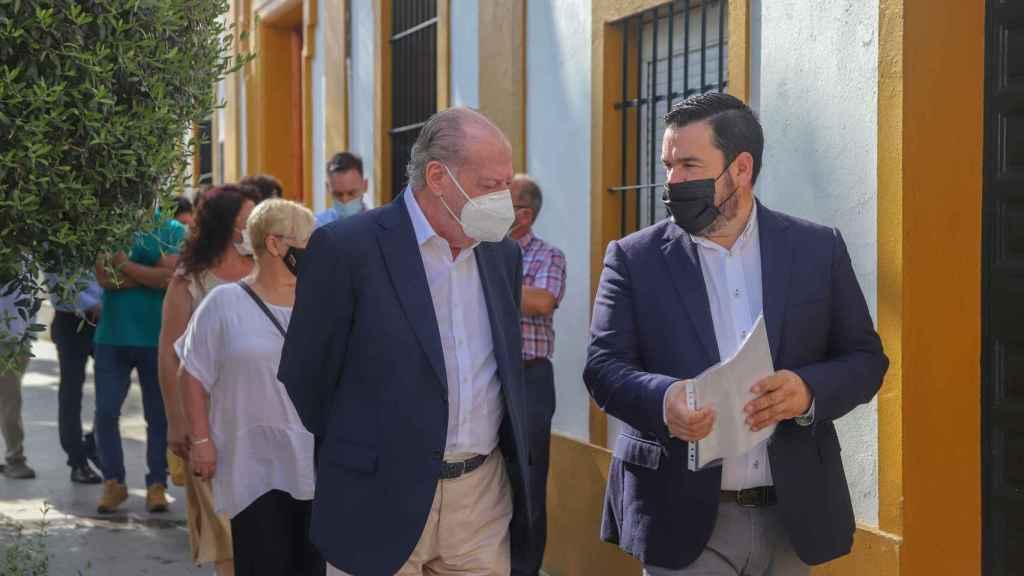 El presidente de la Diputación de Sevilla, Fernando Rodríguez Villalobos, junto al alcalde Gines, Romualdo Garrido, en una imagen de archivo.