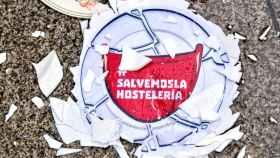 Uno de los platos rotos frente al Ministerio de Hacienda en las protestas de los hosteleros por la supervivencia del sector.