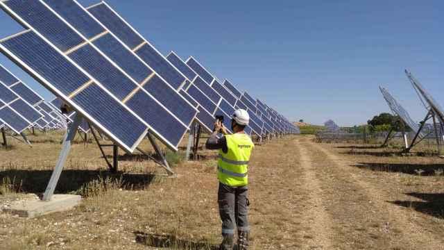 Un técnico de Ingeteam, ante una planta fotovoltaica.