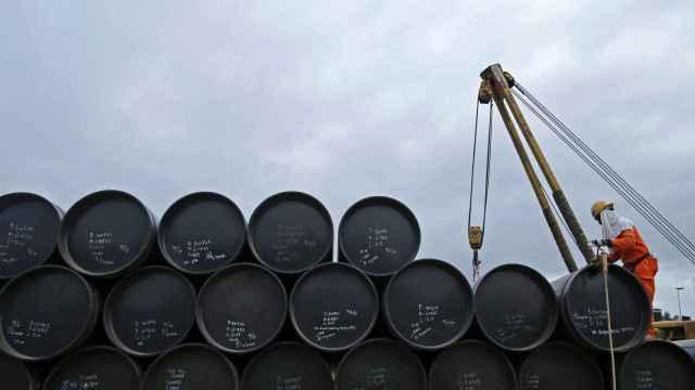 Barriles de petróleo en una refinería.