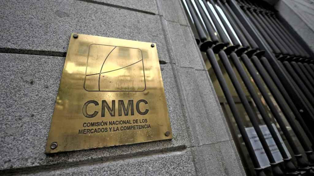 Placa identificativa en el edificio de la CNMC, en Madrid (España)