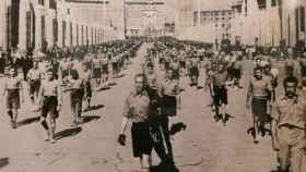 Los 'escamots' de ERC desfilan en Montjuic, en 1933, vestidos a la moda nacionalsocialista.