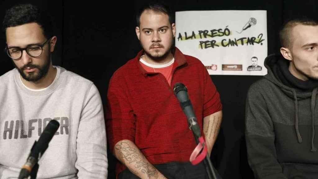 Pablo Hasel, en el centro, junto a los raperos Valtònyc y Elgio.