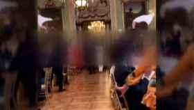 Los novios llegando al lugar donde se celebró la boda en la que no había mascarillas ni se respetaban las distancias.