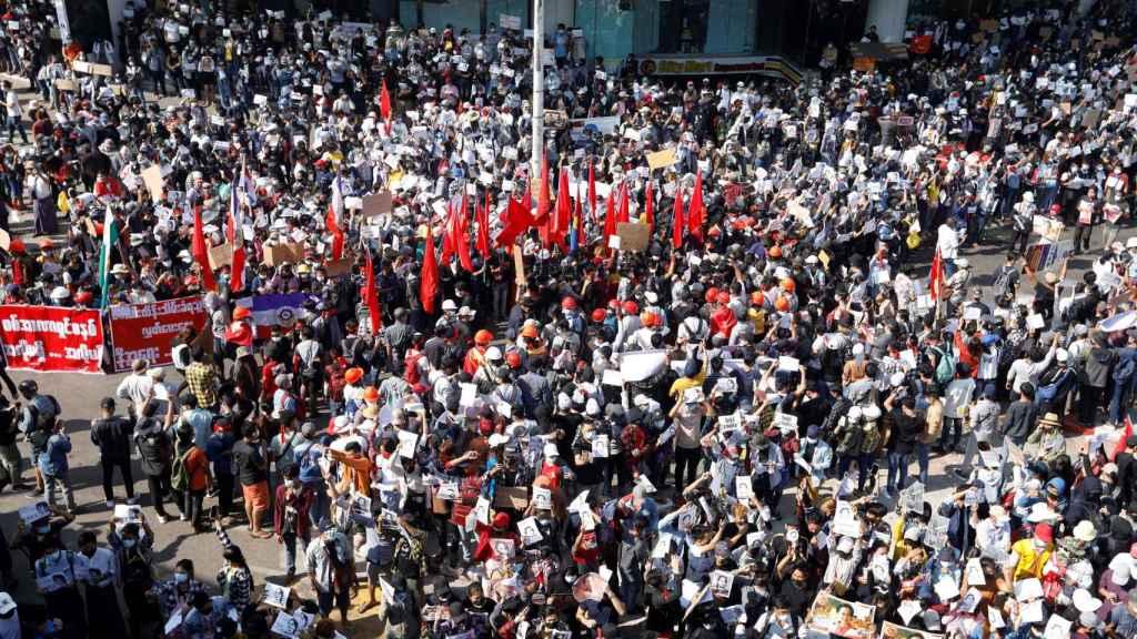 Manifestantes en las calles de Rangún contra el golpe de Estado en Birmania.