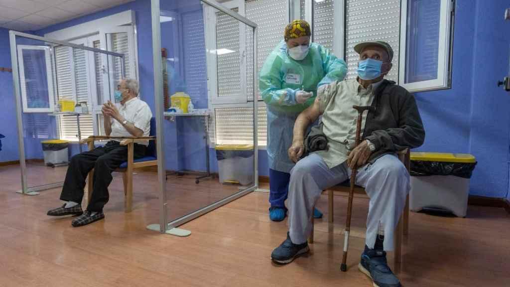 Un usuario de una residencia de mayores de la Región de Murcia recibiendo una dosis contra la Covid.