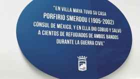 Placa que recuerda a Porfirio Smerdou