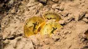 Montaje de unas monedas de bitcoin como un mineral.