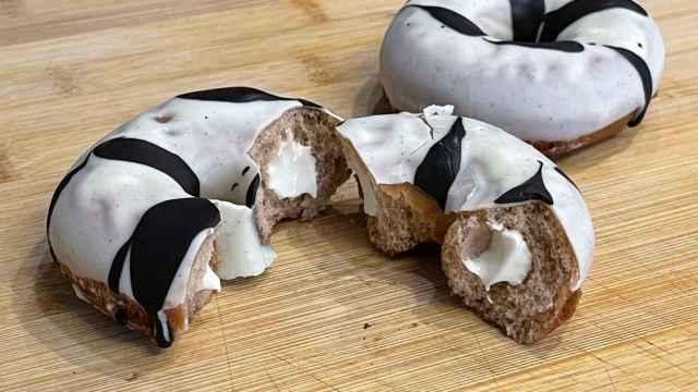 Dos Donuts XO, uno de ellos, partido por la mitad.