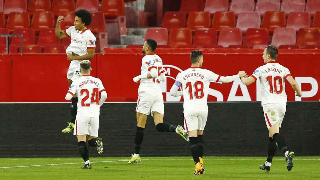Celebración de Jules Koundé junto a los jugadores del Sevilla