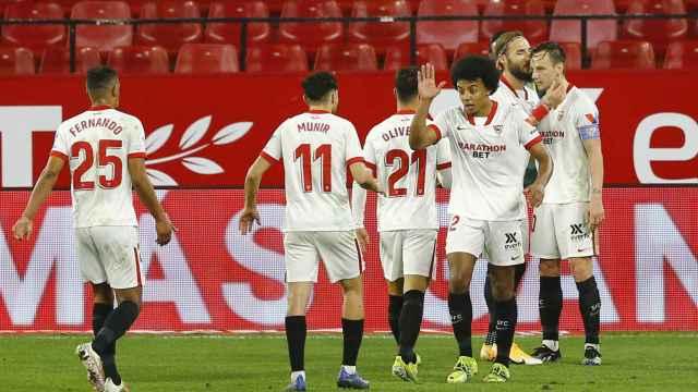 Los jugadores del Sevilla celebran con Rakitic un gol que él no festejó
