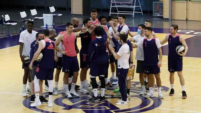 Piña del Real Madrid tras el entrenamiento