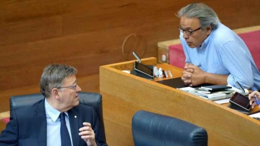 Ximo Puig y Manolo Mata en el parlamento valenciano. Inma Caballer / Corts Valencianes