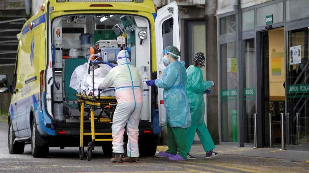 Un paciente ingresa por coronavirus en las urgencias del Hospital Montecelo de Pontevedra.