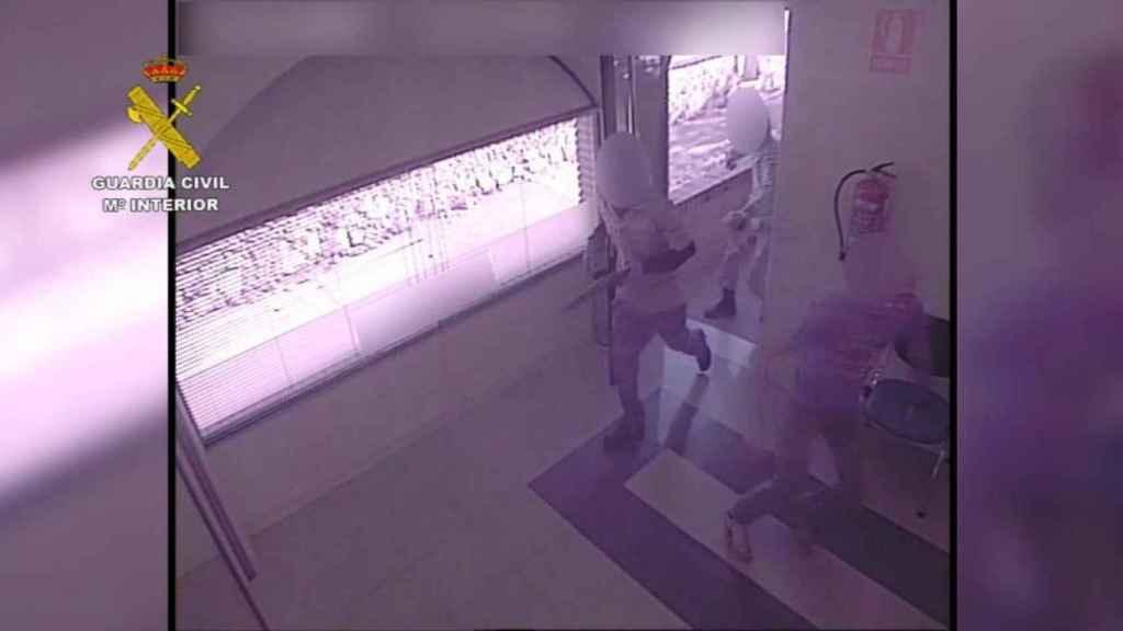 Imagen de los detenidos el día del atraco en el interior del banco.