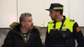 Chicote, junto a un Policía Local el día de la grabación de la supuesta coacción.