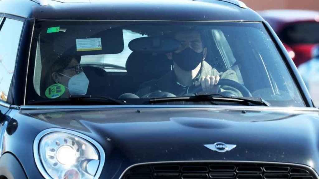 Goyi Arévalo y su yerno, Iker Casillas, llegando al hospital donde está ingresada Sara.