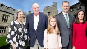 Los reyes eméritos, los reyes Felipe VI y Letizia y la heredera Leonor junto al Atlantic College de Gales en un montaje de Jaleos.