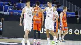 Abalde y Deck celebran una canasta en el Real Madrid - Valencia Basket