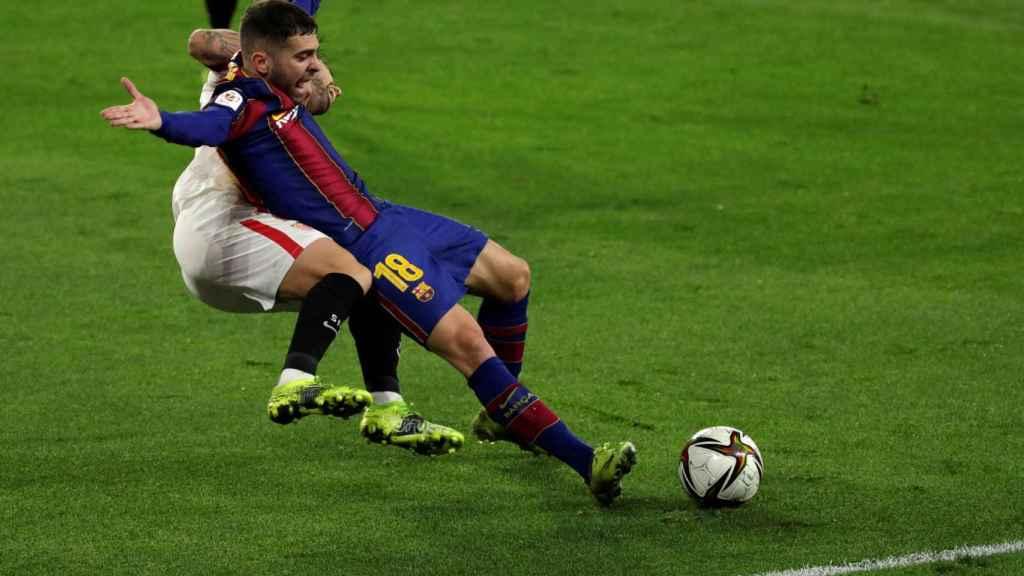 Jordi Alba reclama un penalti de Suso