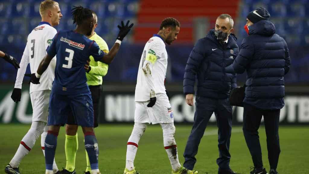 Neymar Jr. se marcha lesionado del campo en el partido frente al Caen