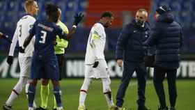 Neymar Jr. se marcha lesionado del campo en el partido frente al Caen.