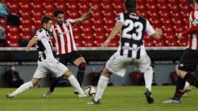 Nemanja Radoja y Raúl García pelean por un balón en el Athletic - Levante de Copa del Rey