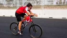 Fernando Alonso, en una foto de archivo de 2010 mientras recorría el circuito de Corea del Sur en bicicleta