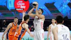 Felipe Reyes lanzando a canasta ante Valencia Basket