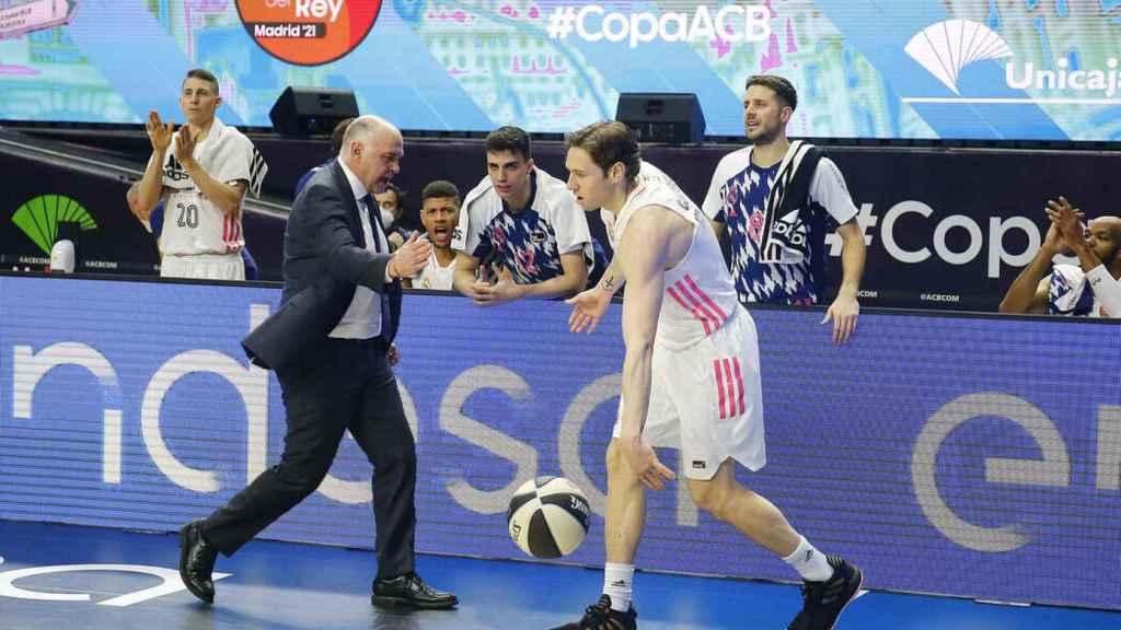 Pablo Laso chocando la mano con Causeur
