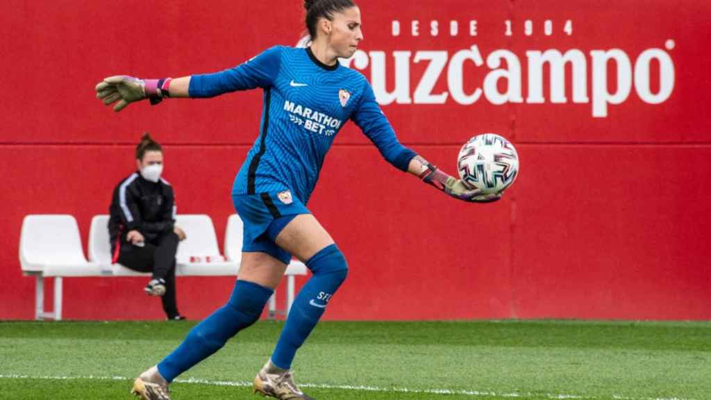 Noelia Ramos, la portera del Sevilla FC, saca de puerta. Foto: Twitter (@SevillaFC_Fem)