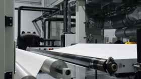 Línea de producción del 'no-tejido' creado con nanofibras de Nonwovens para suministrar a los fabricantes de mascarillas españoles.