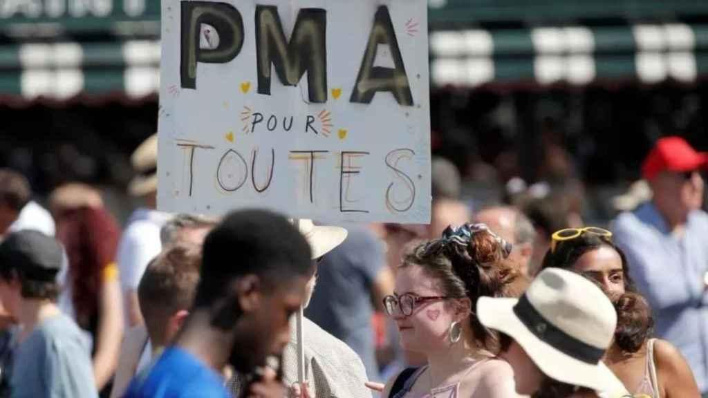 Manifestantes a favor de la ampliación de la reproducción asistida durante el del día del Orgullo de 2019 en París.