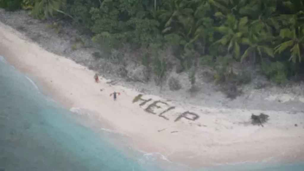 Ayuda escrito en una isla del Pacífico.  Guardia Costera de Hawái