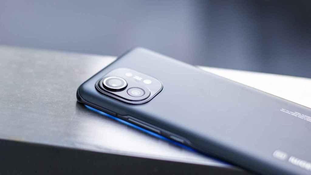 El módulo de las cámaras del Xiaomi Mi 11 sobresale ligeramente.