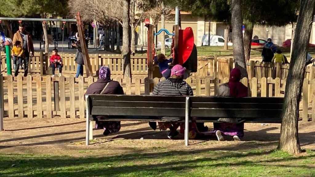 Dos mujeres marroquís comparten banco con una subsahariana